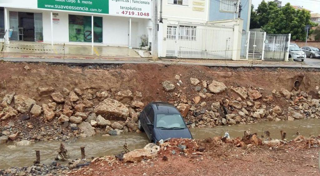 carro cai em trecho interditado da Avenida Marginal