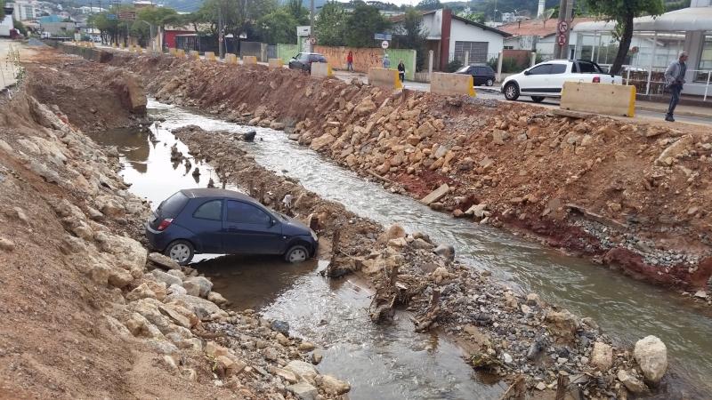 Carro estava estacionado em um comércio local e desceu a rampa sem motorista. Foto Rafael Barbosa/Jornal da Economia